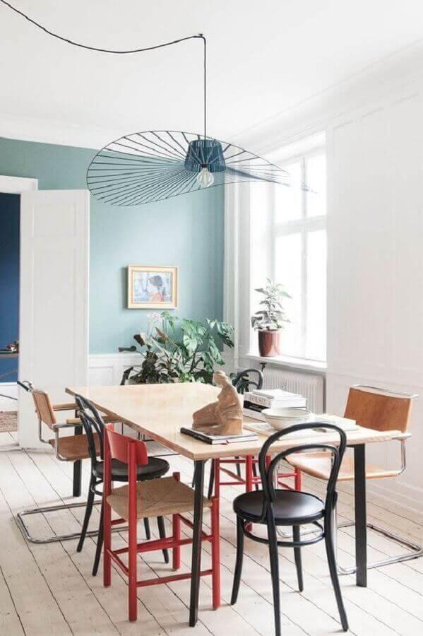 Sala de jantar simples decorada com luminária moderna
