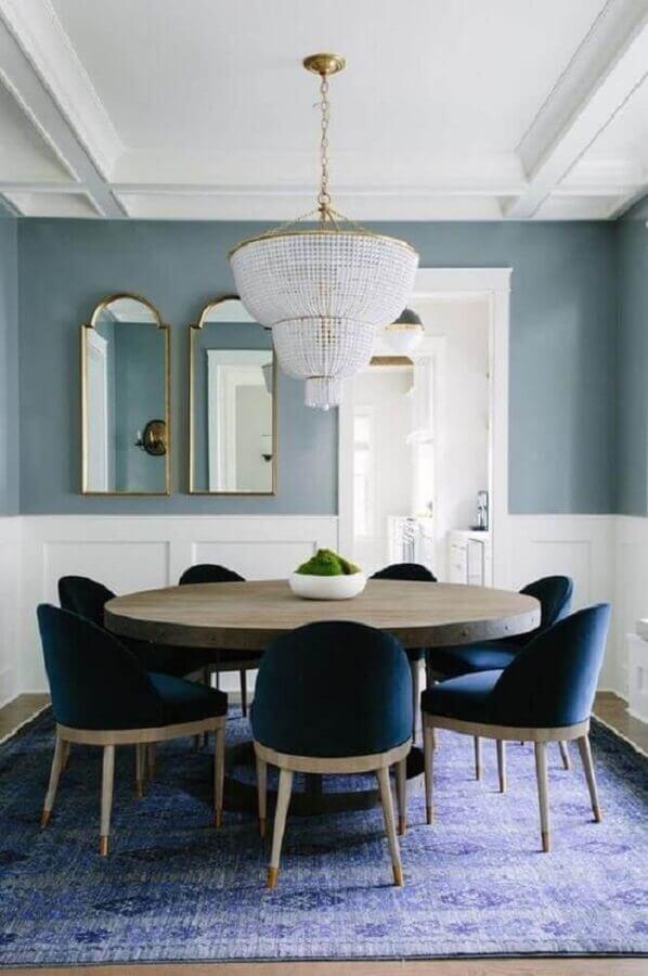 sala de jantar sofisticada decorada com lustre de cristal e cadeira azul marinho Foto Bar Stools Furniture