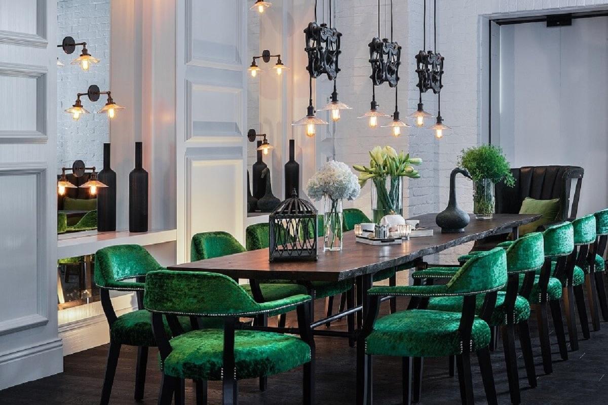 sala de jantar sofisticada decorada com mesa preta e cadeira de jantar verde estofada Foto We Heart It