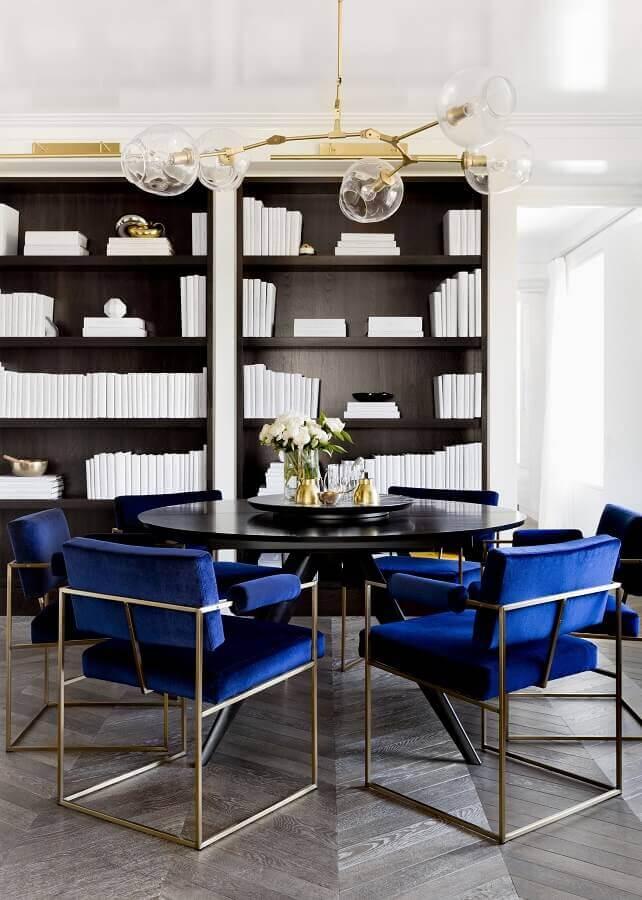 sala de jantar sofisticada decorada com mesa redonda e cadeira azul marinho estofada Foto Kris - Driven by Decor