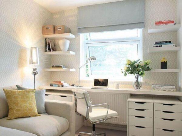 Sala decorada com escrivaninha branca e gaveteiros organizadores