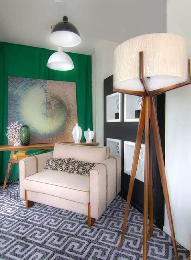 sala decorada com poltrona bege confortável e abajur de pé de madeira Foto Histórias de Casa