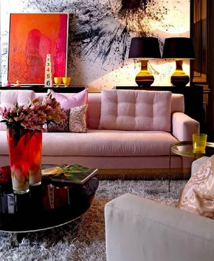 sala moderna decorada com sofá rosa chá e abajur preto Foto Pinterest