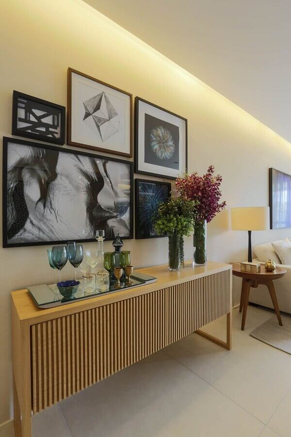sala moderna decorada em cores claras com bandeja espelhada para buffet aparador de madeira Foto Jeito de Casa