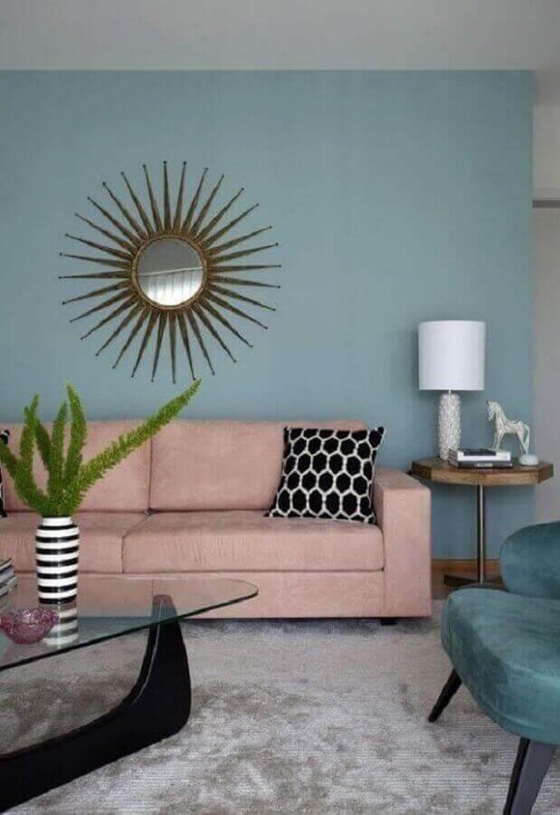 sofá rosa chá para sala de estar decorada com parede azul claro Foto Conexão Decor