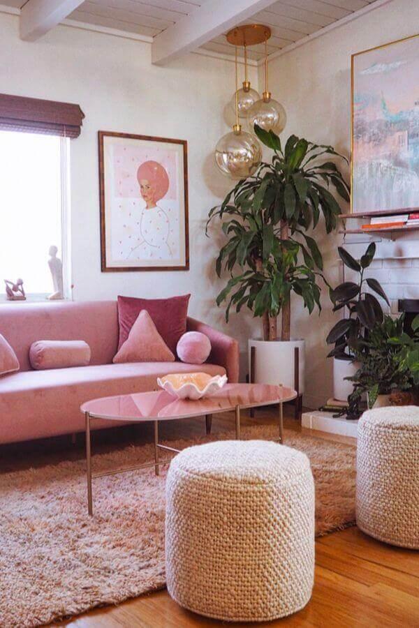 sofá rosa chá para sala de estar decorada com puff rústico redondo Foto Article