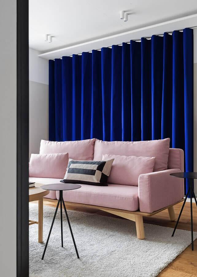 sofá rosa chá para sala decorada com cortina azul escura Foto Houzz