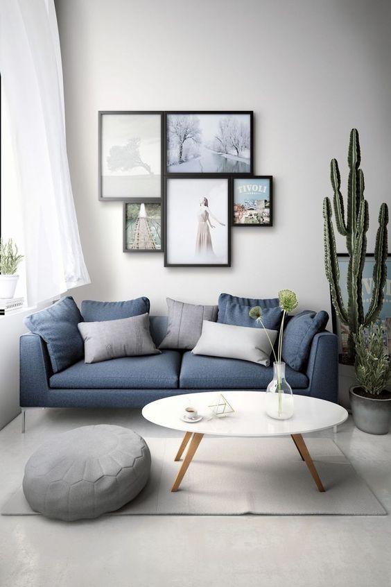Sofá simples azul claro na sala iluminada e branca