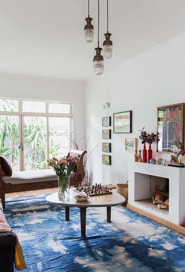 tapete azul para decoração de sala com lareira Foto Jeito de Casa