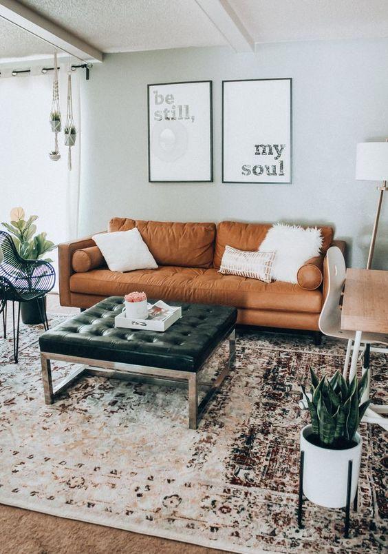Sala de estar com sofá de couro minimalista