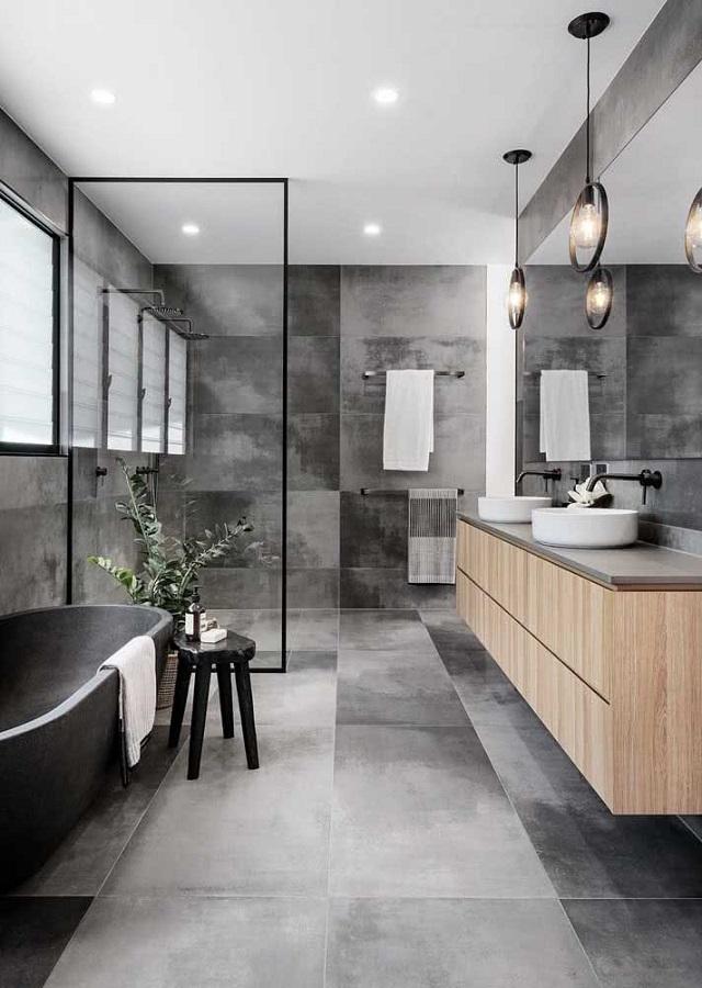 tons de cinza para banheiro grande moderno decorado com gabinete de madeira Foto Elle Decor