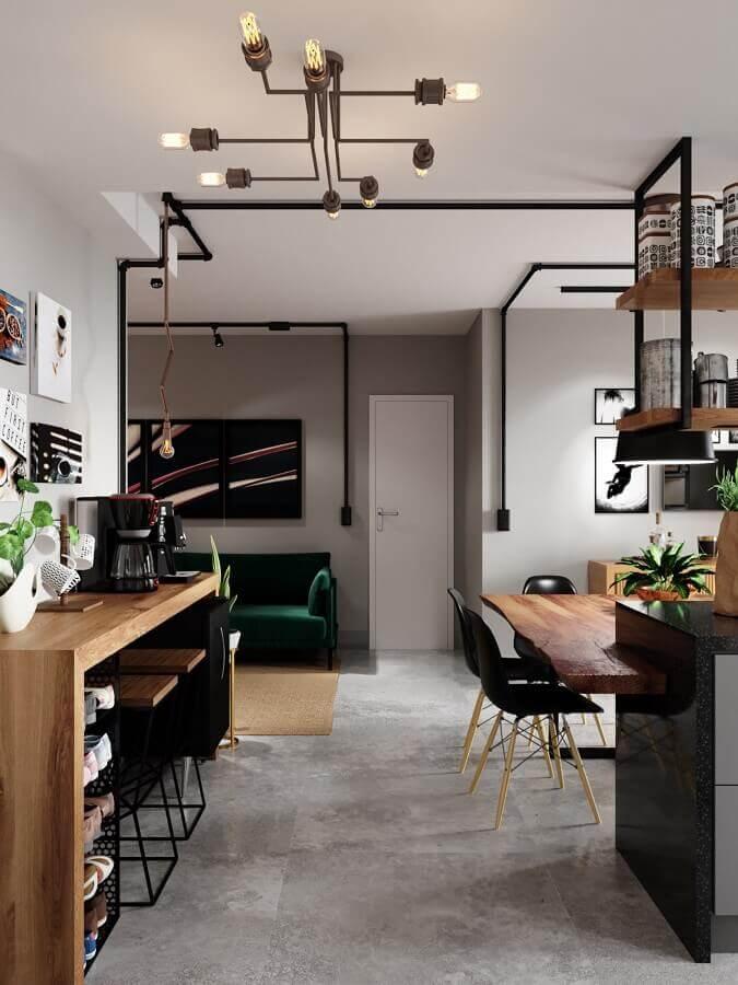 tubulação elétrica aparente para decoração de casa moderna com piso de cimento queimado Foto SC Studio