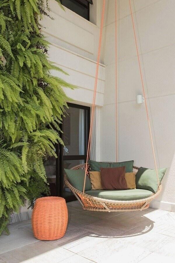 Varanda decorada com cadeira suspensa de balanço confortável Foto Casa de Valentina
