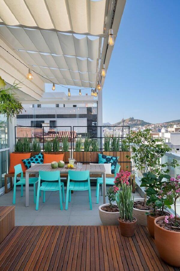 varanda gourmet decorada com vasos de plantas e cadeira verde água Foto Casa de Valentina