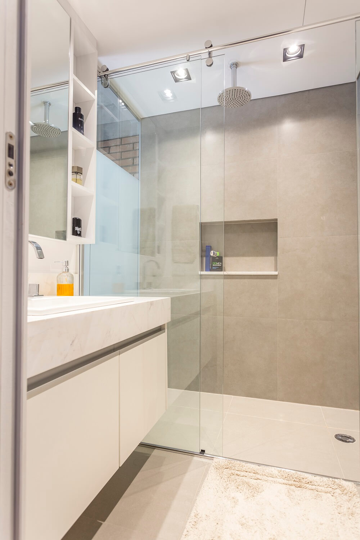 A película jateada do vidro traz privacidade para quem usa o banheiro. Foto: JP Image