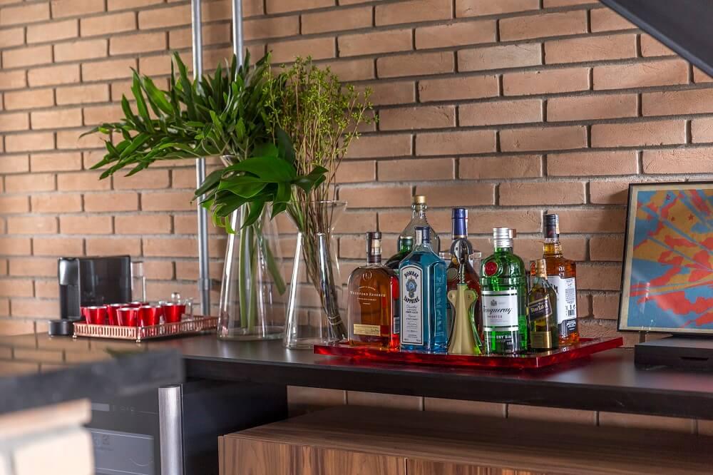 A bandeja bar organiza diferentes garrafas e utensílios de bar sobre o móvel. Foto: JP Image