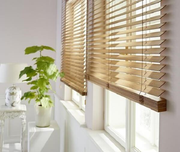 A cortina persiana de madeira combina com diferentes propostas decorativas. Fonte: Pinterest