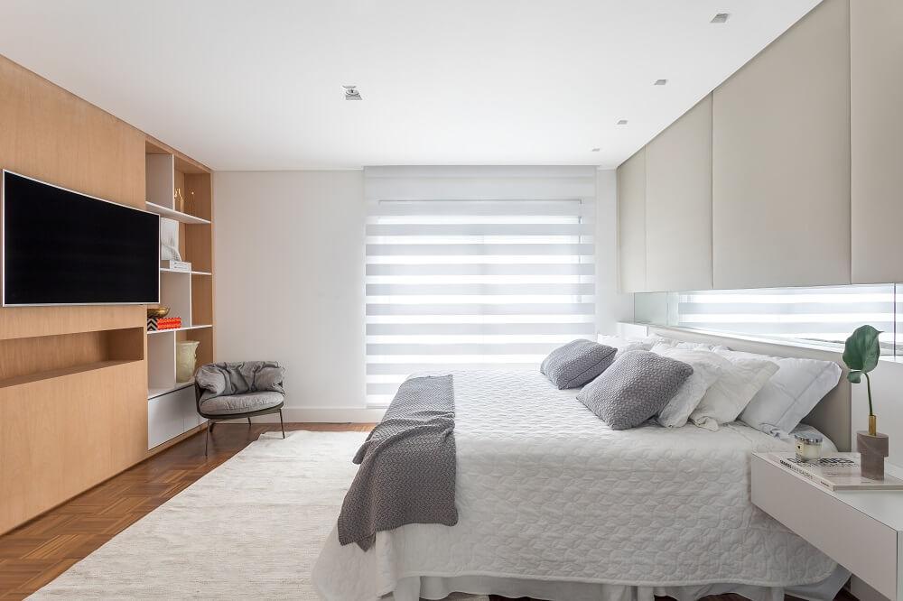 A persiana permite a entrada parcial de luz natural e ilumina de forma aconchegante o dormitório. Foto: Eduardo Macarios