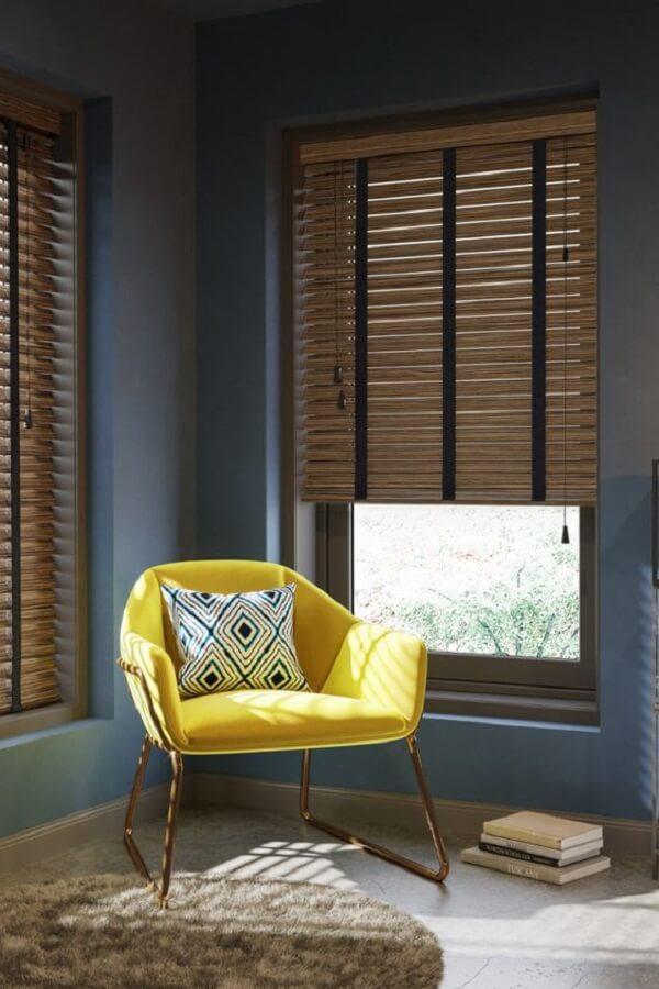 A persiana de madeira ajuda a manter a privacidade. Fonte: Pinterest