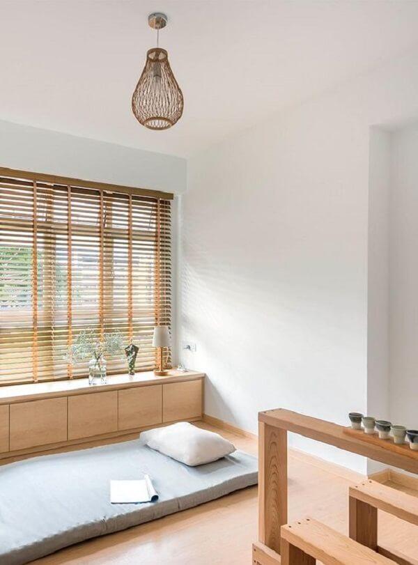A persiana de madeira deixar o ambiente ainda mais bonito e aconchegante. Fonte: Pinterest
