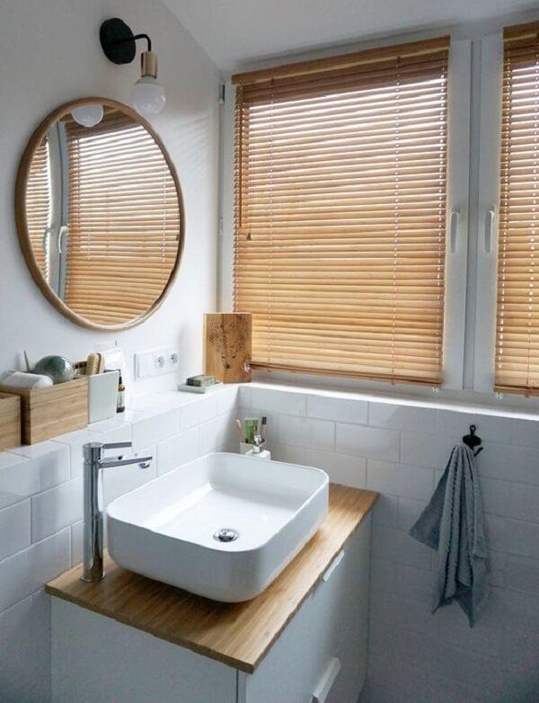 A persiana de madeira quebra a neutralidade do banheiro. Fonte: Pinterest