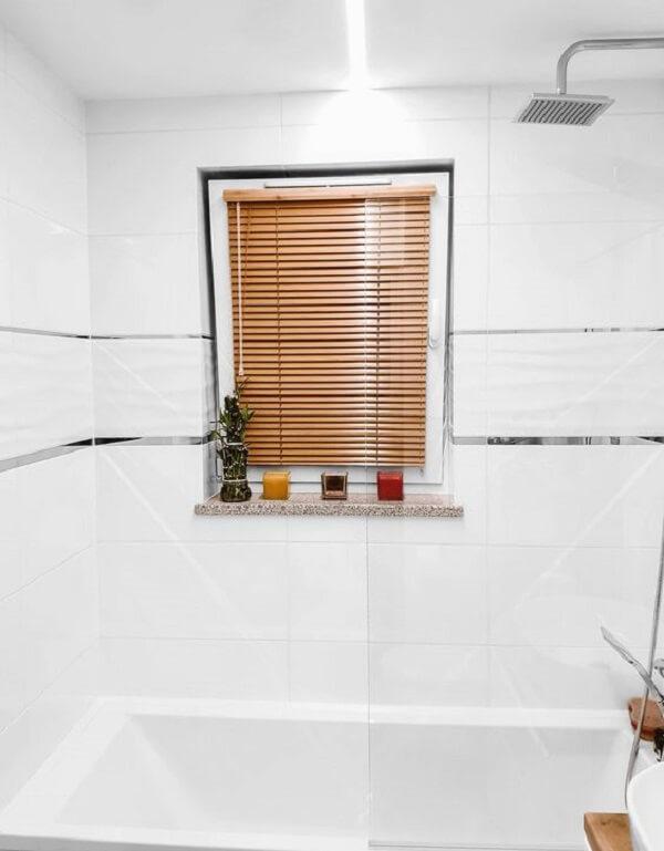 A persiana de madeira fica discreta no banheiro. Fonte: Pinterest