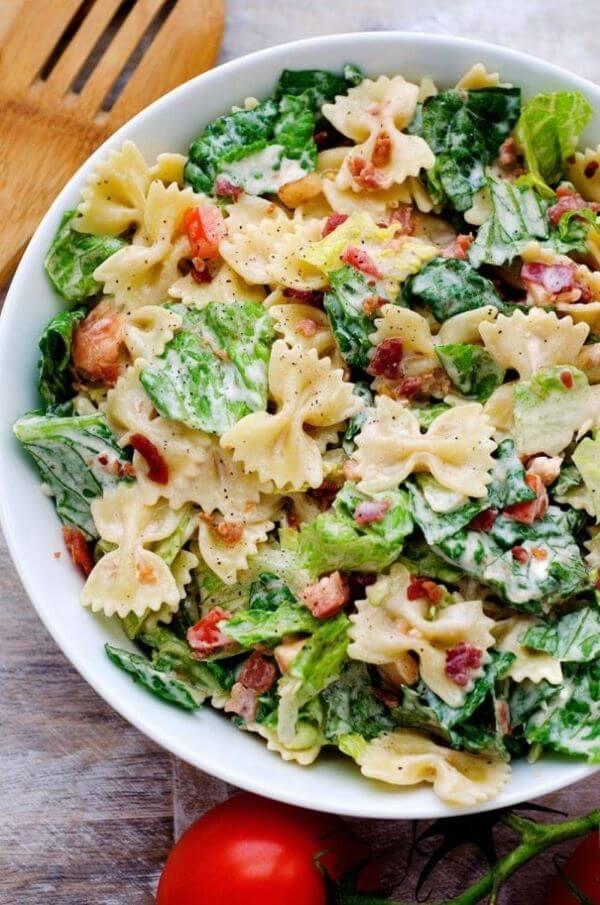 Almoço rápido e saudável com salada de macarrão