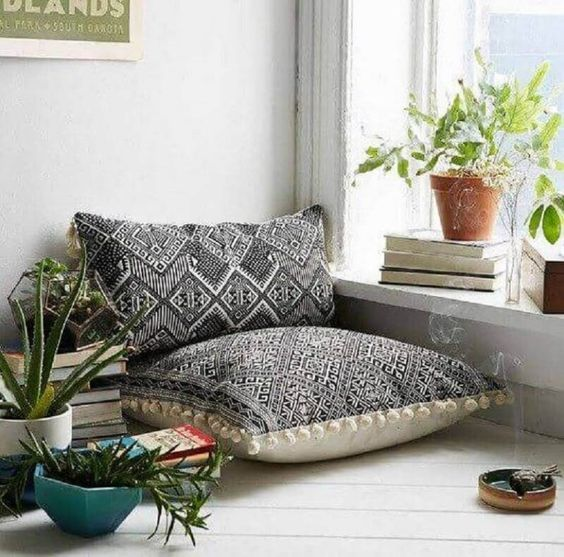 Almofadas grandes para sentar no cantinho da leitura
