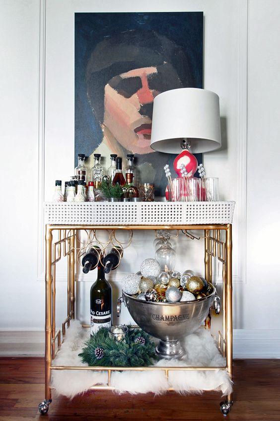 Aparador bar dourado na sala moderna com parede decorada com quadro e decoração de gesso na parede