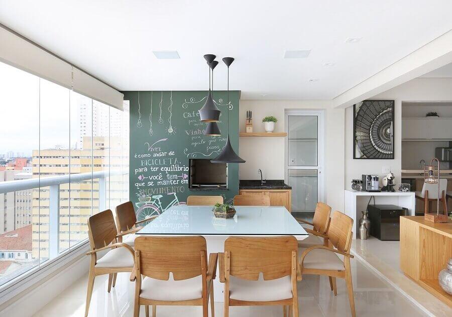 Apartamento com varanda gourmet decorado com mesa quadrada e tinta lousa Foto Renata Cafaro