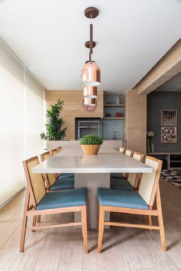 Apartamento com varanda gourmet decorado em cores claras com luminária pendente rose gold Foto Habitare