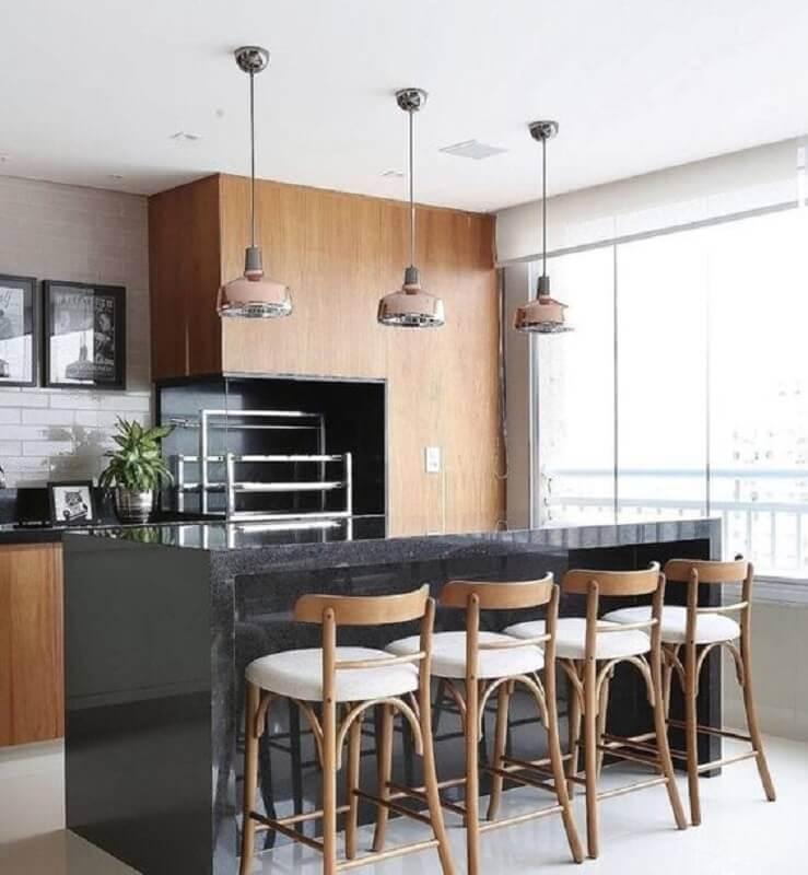 Apartamento com varanda gourmet e churrasqueira decorada com revestimento de madeira Foto Pinterest