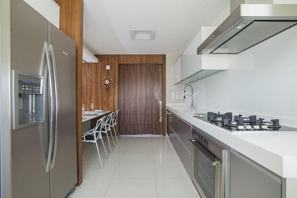 Aposte no feng shui na cozinha e mantenha o espaço limpo e organizado. Projeto de Rodrigo Maia