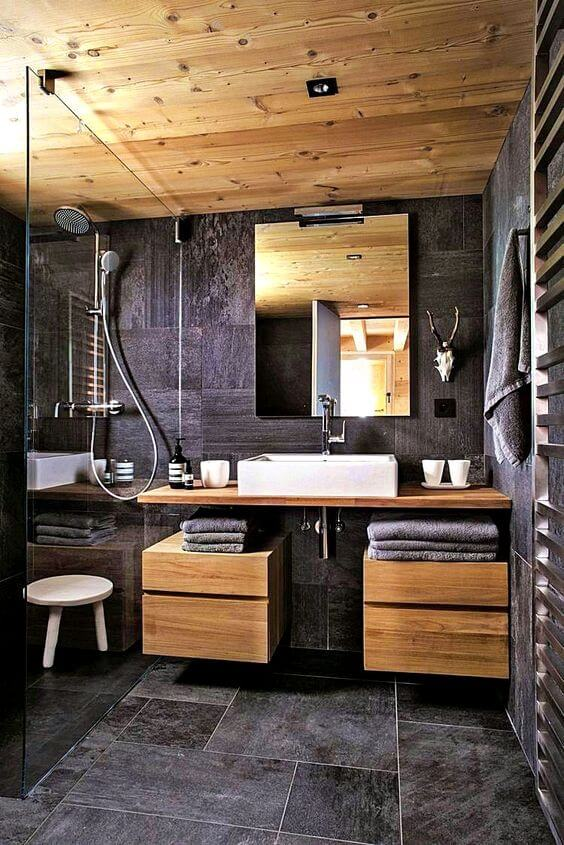 Ardósia preta para banheiro com armários planejados de madeira