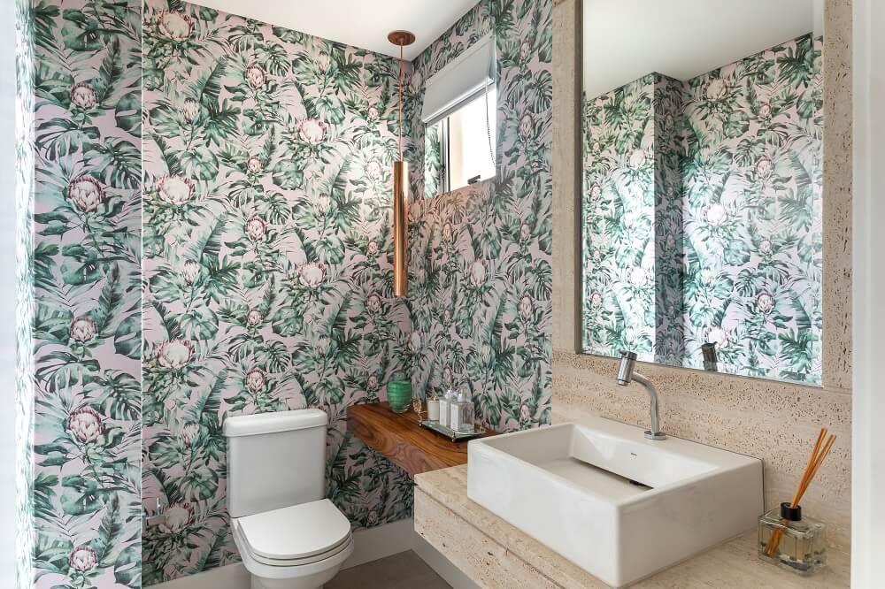 As flores africanas do papel de parede se destacam na decoração do banheiro. Foto: Eduardo Macarios
