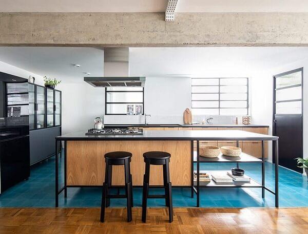 As janelas favorecem a entrada de luz e vento na cozinha. Projeto de INÁ Arquitetura