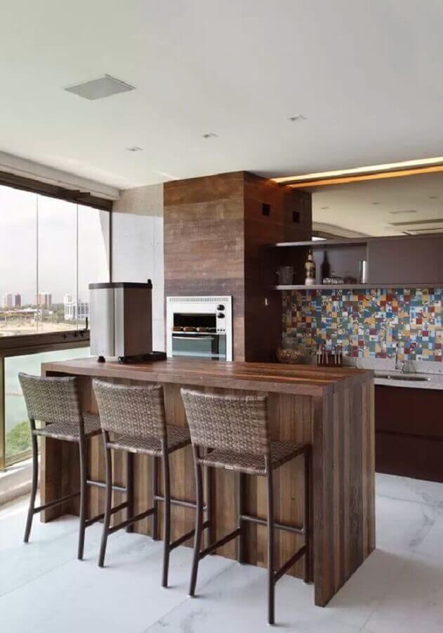 Bancada de madeira para decoração de apartamento com varanda gourmet e churrasqueira Foto Pinterest