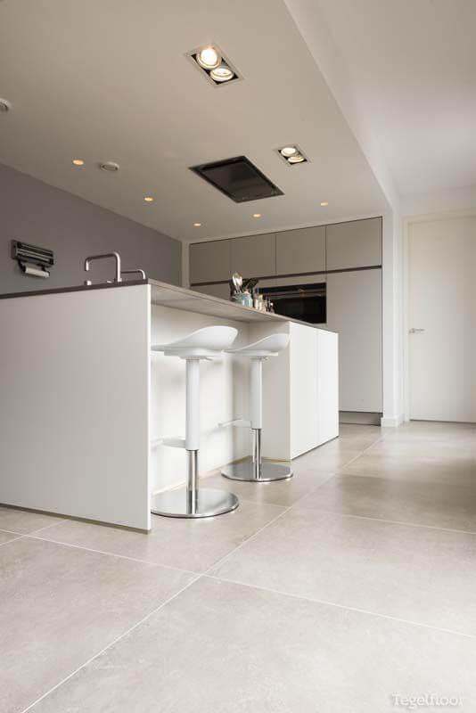 Bancada de porcelanato para cozinha moderna com piso porcelanato cinza claro