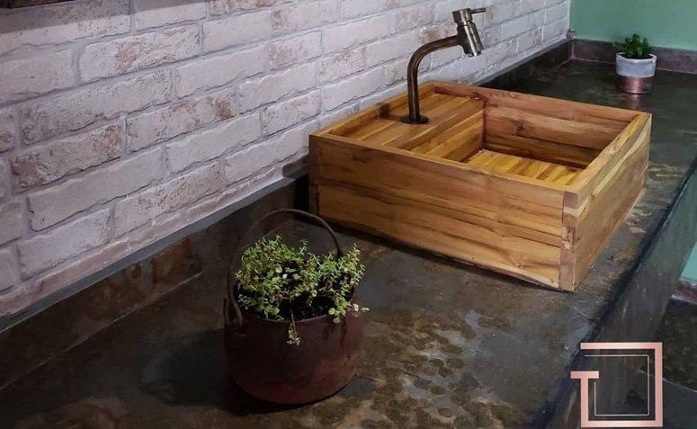 Bancada para banheiro de ardósia preta com cuba de porcelanato amadeirado