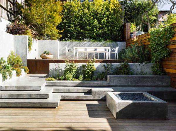 Banco de jardim de cimento com piscinas pequenas e modernas