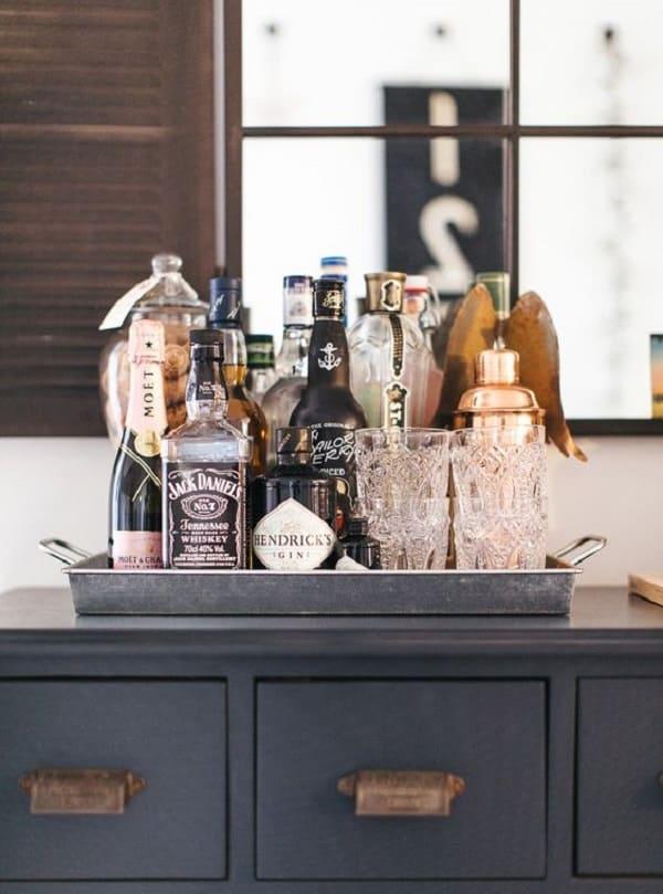 Bandeja bar prata combina com diferentes propostas decorativas. Fonte: Pinterest