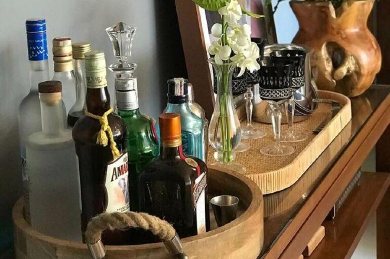 Bandeja bar redonda com acabamento em madeira e corda. Fonte: Pinterest