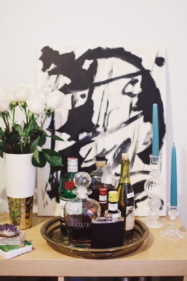 Bandeja bar redonda organiza garrafas de bebida. Fonte: Pinterest