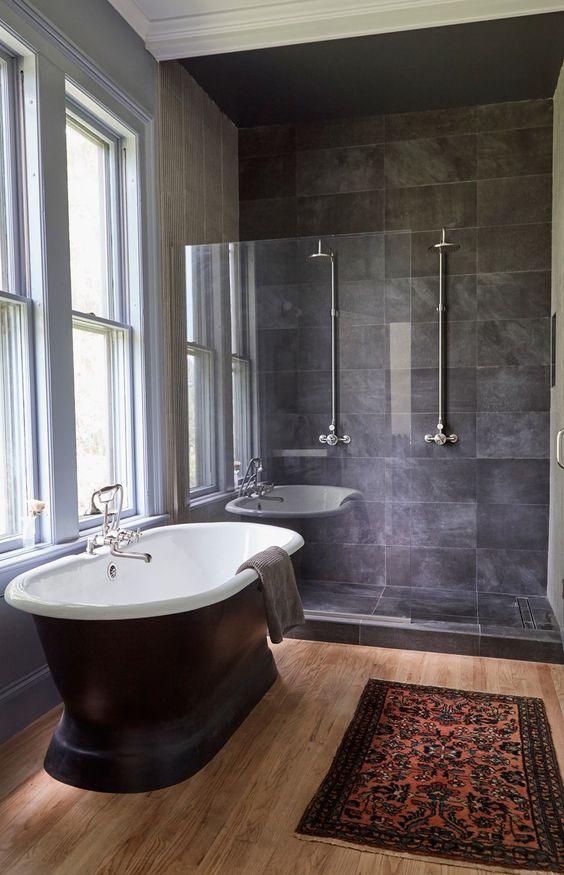 Banheiro com ardósia preta e banheira da mesma cor