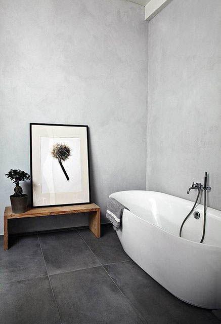 Banheiro com decoração minimalista e piso de ardósia preta