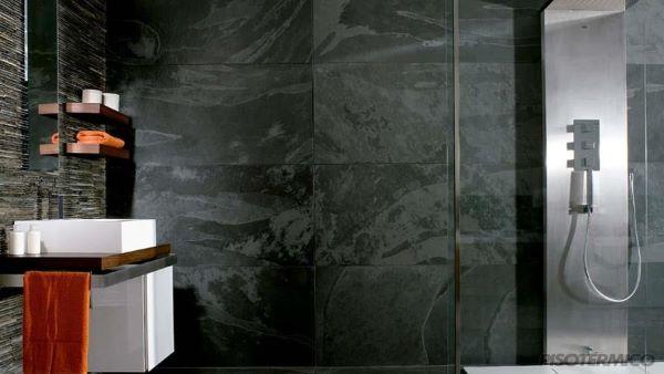 Banheiro com piso de ardósia preta