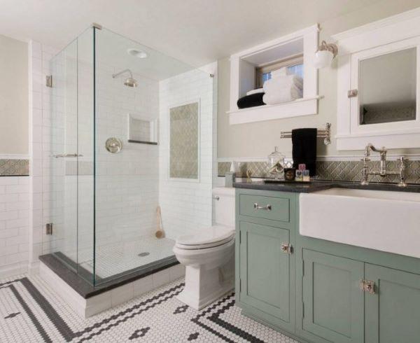Banheiro com rodameio branco e revestimento bege