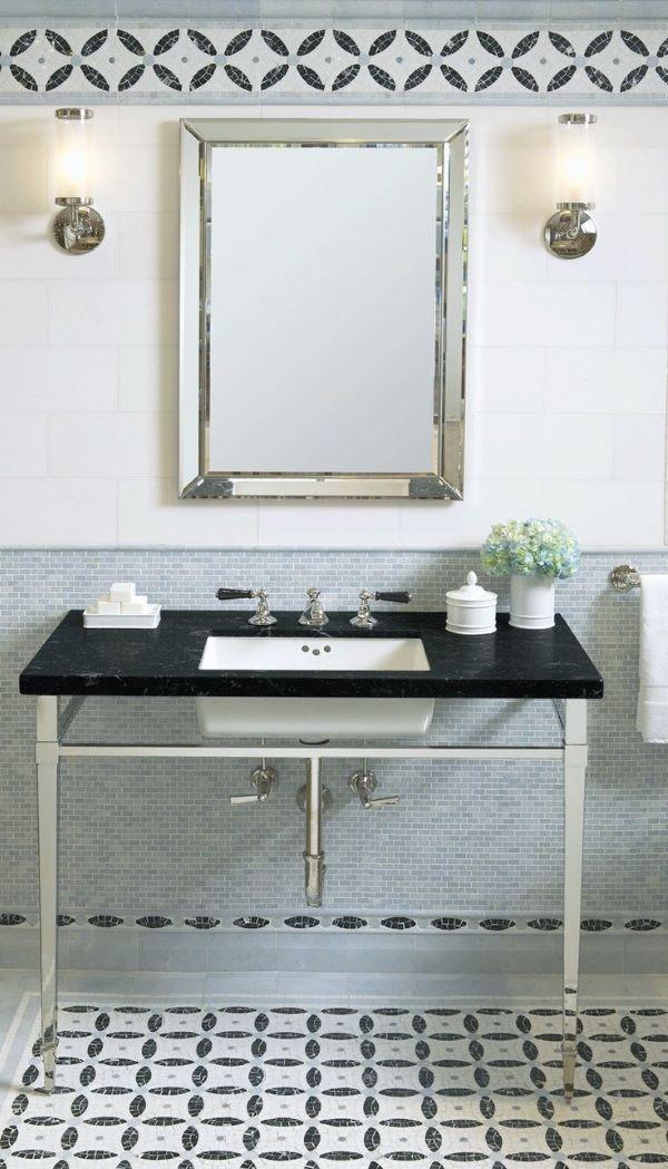 Banheiro decorado com rodameio azul e branco