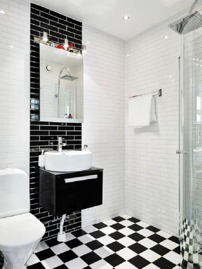 Banheiro minimalista decorado com piso xadrez preto e branco Foto Editions de l'Arkhan