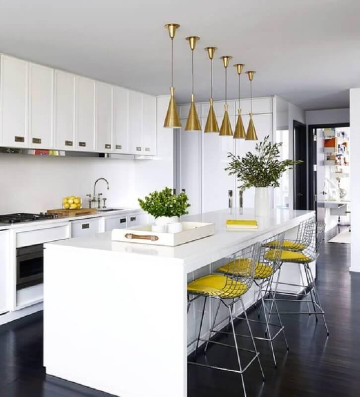 Banqueta alta para ilha de cozinha branca decorada com luminária dourada Foto Tralhão Design Center
